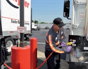 Una fase di rifornimento di un autocarro a metano