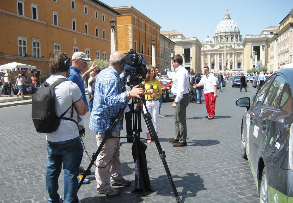 La troupe di Easy Driver all'arrivo dell'Ecorally  in Via della Conciliazione a Roma
